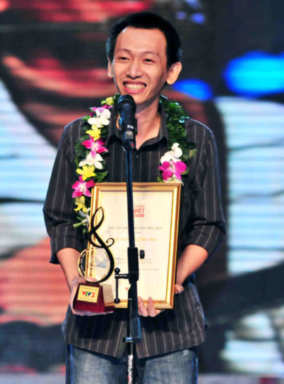 Thanh Tâm nhận vui mừng nhận giải nhạc sĩ cống hiến của năm. Ảnh: Huy Tân