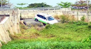 Mất rào chắn cầu sạt lở, taxi lao xuống vực
