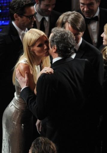 Gwyneth Paltrow chào hỏi Colin Firth khi gặp nhau trong khán phòng.