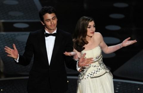 James Franco và Anne Hathaway giới thiệu nam diễn viên kỳ cựu Kirk Douglas ra trao giải Nữ diễn viên phụ xuất sắc.
