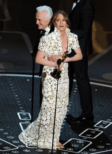 Melissa Leo bất ngờ khi tài tử Kirk Douglas ôm lấy cô sau khi trao cho cô giải Nữ diễn viên phụ xuất sắc.