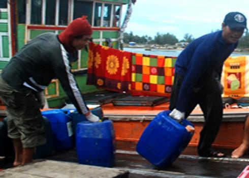 Các tàu cá đang đổ xô mua dầu Diesel chuẩn bị cho các chuyến đi biển vì sợ giá sẽ tăng. Ảnh: Trí Tín