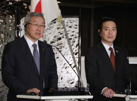 Ngoại trưởng Hàn Quốc (trái) và Nhật Bản họp báo chung tại Tokyo. Ảnh: AFP