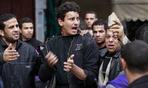 Một người đàn ông được cho là ủng hộ chính phủ của tổng thống Mubarak, bị những người biểu tình ở quảng trường Tự do bắt giữ. Ảnh: AP.