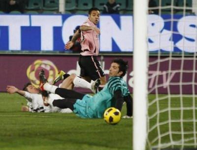Cựu cầu thủ Juventus, Miccoli, dứt điểm qua chân thủ môn Buffon.
