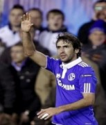 Raul tỏa sáng, Schalke giành lợi thế tại Valencia