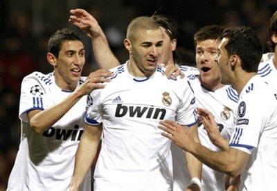 Benzema (giữa) không thể hiện vẻ vui mừng sau khi ghi bàn vào lưới đội bóng cũ.