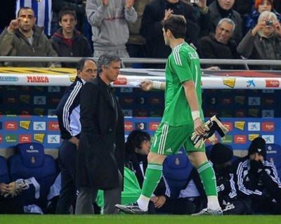 Casillas phải rời sân từ rất sớm.