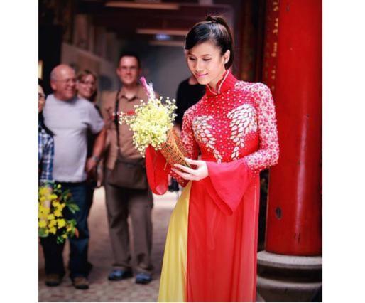 Siêu mẫu Thái Hà đi lễ chùa đầu xuân