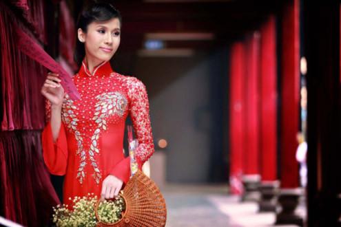 Chuyên gia trang điểm Huỳnh Lợi, stylist Ruby Võ và Nguyễn Phương R.A.P, cùng nhà thiết kế Ngô Nhật Huy phối hợp để ghi lại những khoảnh khắc đẹp của siêu mẫu trong ngày đầu năm.