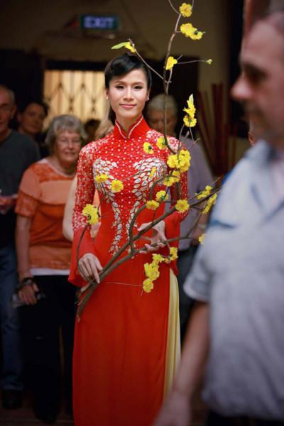 Rất nhiều khách nước ngoài viếng cảnh chùa thích thú khi được tận mắt ngắm nhìn vẻ đẹp của siêu mẫu trong trang phục nền nã của người con gái Việt Nam.