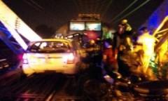 Tàu hỏa đâm hàng loạt ôtô trên cầu, nhiều người chết