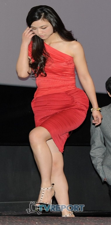 Nữ diễn viên bước đi đầy duyên dáng. Tương tự Củng Lợi, vẻ đẹp của cô hoàn toàn thu hút báo chí xứ kim chi.