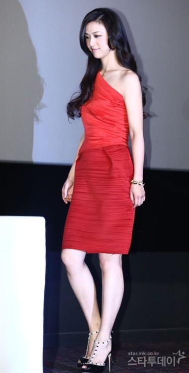 Thang Duy trong bộ váy đỏ