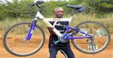 Thoát nanh vuốt báo nhờ xe đạp