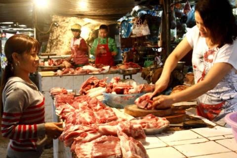 Giá thịt tươi sống tại hầu hết các chợ vẫn tương đối ổn định. Ảnh: Tuệ Minh