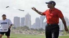 Tiger Woods nhổ bọt trên sân golf