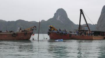 Trục vớt tàu du lịch bị chìm trên vịnh Hạ Long