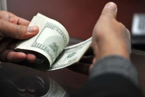 Tỷ giá liên ngân hàng giảm nhưng giá giao dịch thực tế trong ngân hàng vẫn tăng. Ảnh: Hoàng Hà