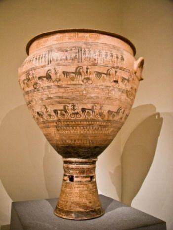 Bảo tàng Nghệ thuật Metropolitan tại New York làm nổi bật 870 năm nghệ thuật Hy Lạp. Thời kỳ Hình học trong nền văn minh Hy Lạp lấy tên từ những hình và ký tự đại diện cho các vật thể và con người. Chiếc vò hai quai được thấy ở đây đã từng được sử dụng trong tang lễ (Dan Skorbach/The Epoch Times)