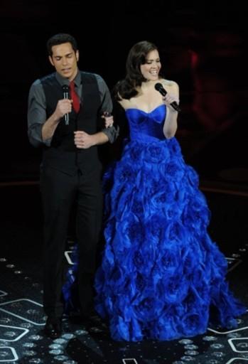 Mandy Moore và Zachary Levi biểu diễn