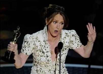 Melissa Leo nhận giải Oscar từ Kirk Douglas. Ảnh: USA Today.