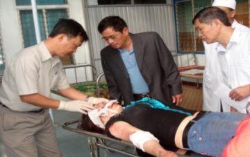 Xe khách lật trên đèo, 21 người bị thương