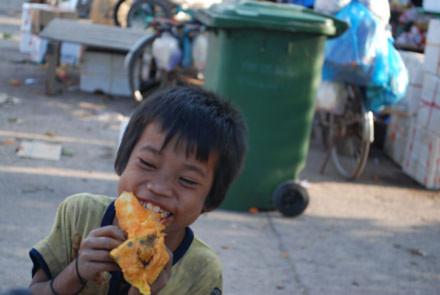 Xót lòng nhìn những đứa trẻ lượm ăn trái cây thối
