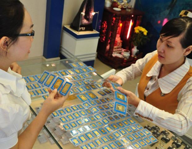 Các chuyên gia đề nghị: Vẫn được mua bán vàng miếng