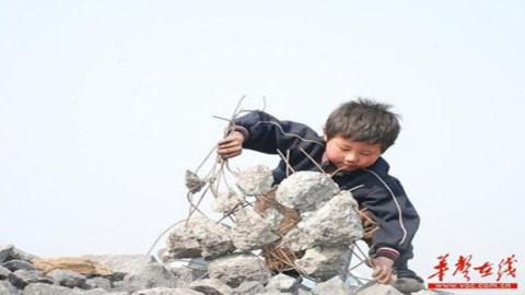 Cảm động bé 6 tuổi đập bê tông kiếm sống