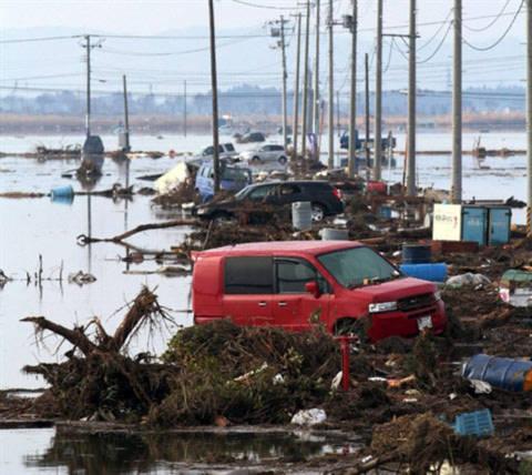 Xe hơi và rác rưởi tại Sendai sau khi sóng thần tàn phá. Ảnh: AFP.