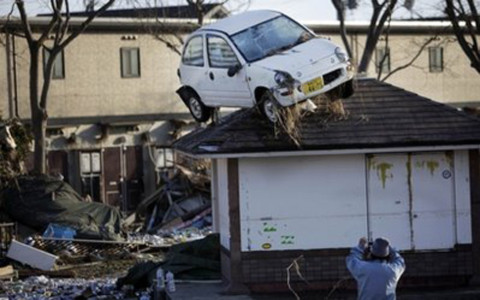 Xe hơi bị sóng thần đẩy lên mái nhà