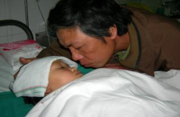 Cô bé 4 tuổi mồ côi bị cắt cụt 2 chân