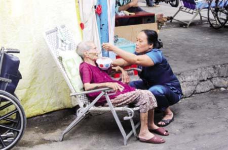 Cụ bà 93 tuổi bị con đuổi ra khỏi nhà