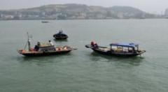 Đeo bám khách du lịch trên vịnh Hạ Long
