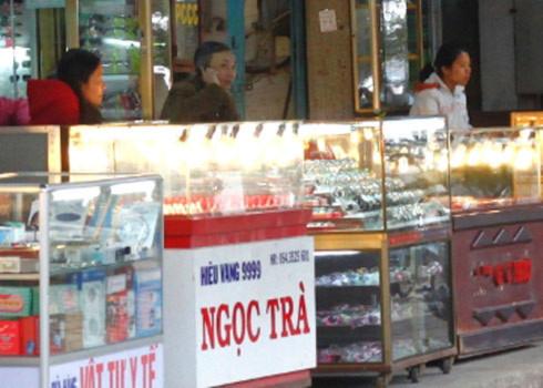 Khi các tiệm vàng ngừng mua bán đôla, bên ngoài đã có một số cò xuất hiện.