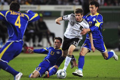 Đức (áo trắng) đang thẳng tiến tới vòng chung kết Euro 2012. Ảnh: AFP.