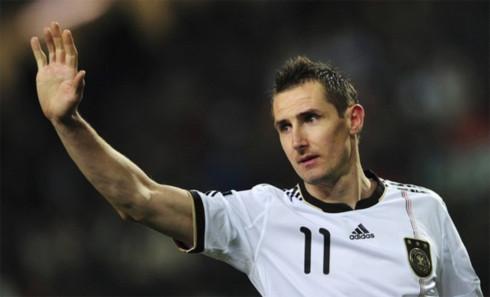 Cú đúp vào lưới Kazakhstan là cách Klose đánh dấu tròn 10 năm chinh chi trong màu áo tuyển Đức. Anh ghi bàn ngay trận đấu ra mắt, ấn định thắng lợi 2-1 trước Albania ngày 24/3/2001. Ảnh: AFP.
