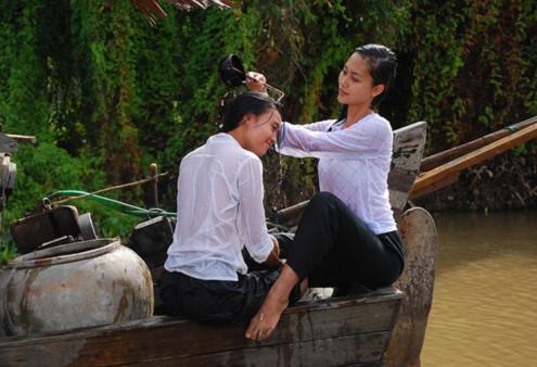 Lan Ngọc (trái) vai Nương và Hải Yến vai Sương trong một cảnh quay 'Cánh đồng bất tận'.