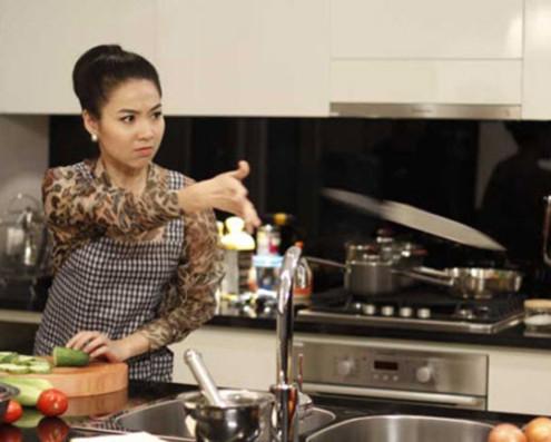 Lê Khánh trong vai Quyên bếp trưởng, một vai diễn có tính cách quái chiêu, đáo để.