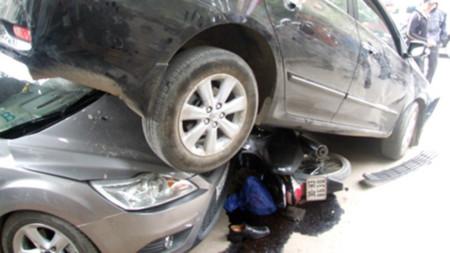 Hà Nội: Ô tô 4 chỗ gây tai nạn liên hoàn