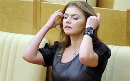 Vốn là một vận động viên thể dục nhịp điệu, nữ nghị sỹ xinh đẹp Alina Kabaeva sẽ phải quen với cách ăn mặc trang trọng hơn. Ảnh: Telegraph.