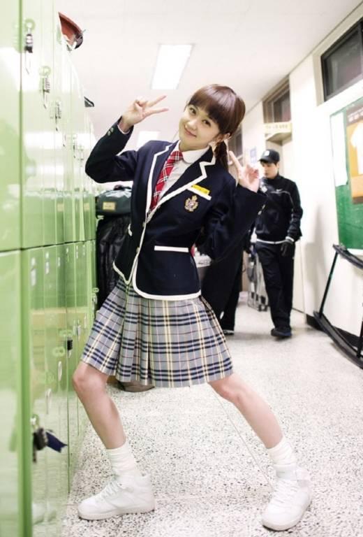 """Jang Na Ra trẻ trung và """"nhắng nhít"""" như... học sinh cấp ba"""