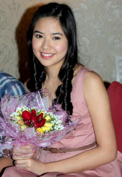 Về nước từ ngày 12/3, một trong những hoạt động Kiều Khanh muốn làm sớm nhất là được gặp gỡ các bạn trẻ đã ủng hộ, động viên tinh thần cô rất nhiều khi cô tham dự hai cuộc thi nhan sắc: HHTG Người Việt và Miss World 2010.