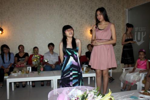 Một 'fan nhí' còn chuẩn bị bài hát để lên hát tặng chị Kiều Khanh