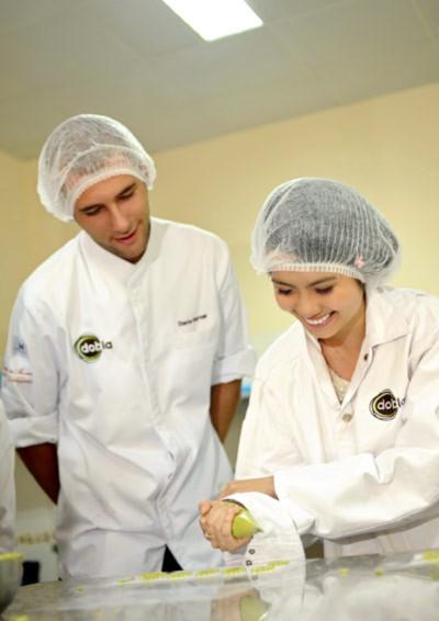 Nữ sinh ngành quản lý nhà hàng học làm bánh với đầu bếp.