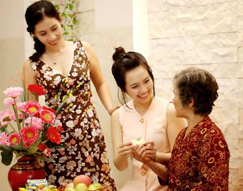 Huyền Trang hạnh phúc bên bà và mẹ.