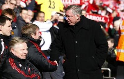 HLV Ferguson bắt tay đồng nghiệp Kenny Dalglish trước trận đấu.