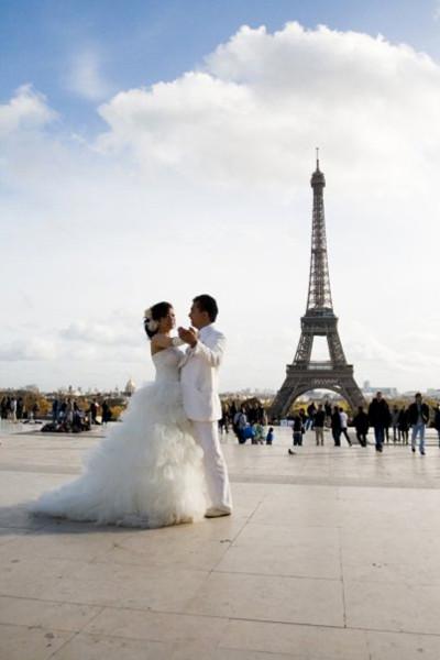 Paris lãng mạn với tháp Eiffel nổi tiếng trong bộ ảnh Uyên ương giữa nước Pháp mộng mơ.