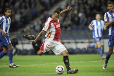 Fabiano sút bóng trong trận Porto - Sevilla ở Europa League tháng trước.